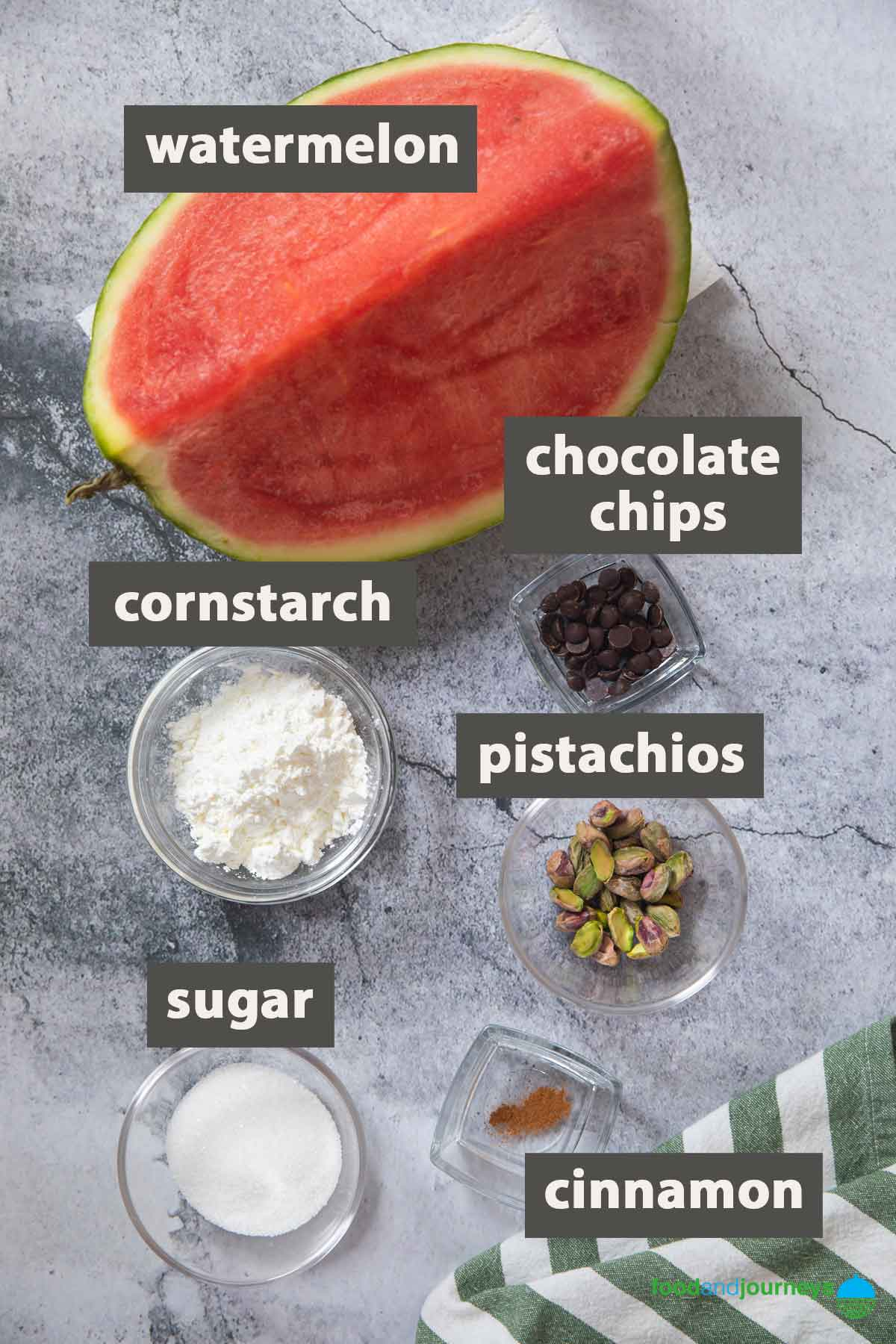 An image showing all the ingredients you need to prepare gelo di melone at home.